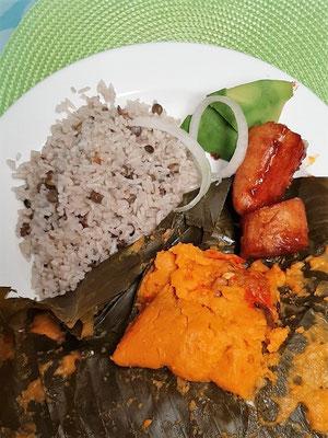 Arroz con Guandú, Tamales con Pollo y Plátanos en tentación - Typische Mahlzeit in Panama