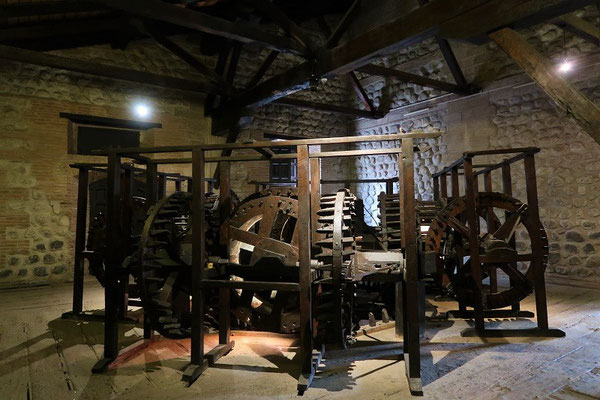 Maschine mit vier Arbeitsplätzen - die Silberbarren wurden zu dünnen Platten gewalzt....