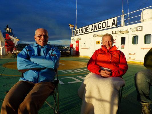 Wir geniessen den Sonnenuntergang auf der Überfahrt nach Antwerpen