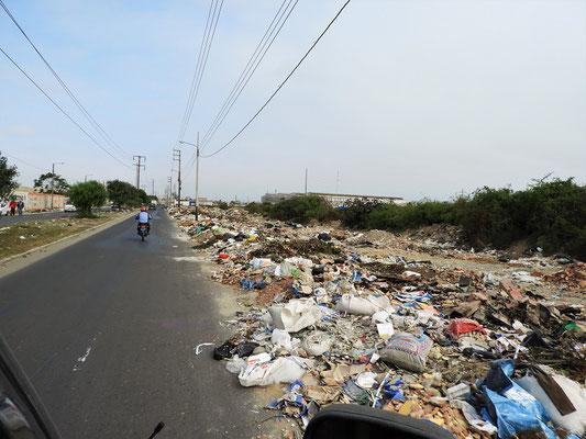 """....und aussen nix!!"""" - 2km ausserhalb des Zentrums, wird der Abfall an den Strassenrand gekippt...."""