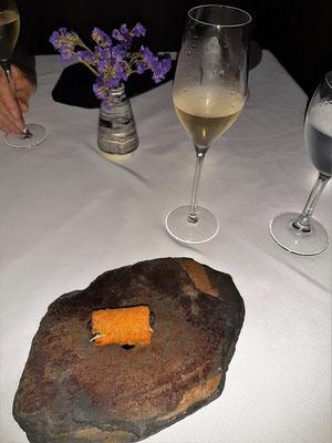 Knusprige Kartoffelrolle mit Kaviar