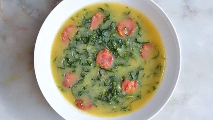 Caldo Verde - grüne Suppe: Kartoffel-Kohl-Suppe mit dünn geschnittenen Scheiben der Chouriço-Wurst