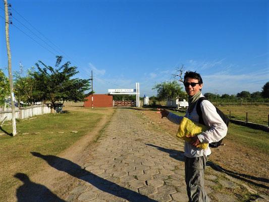 """Nery meint verschmitzt: """"Das ist der internationale Flughafen von Bahía Negra!!"""" ;o))"""
