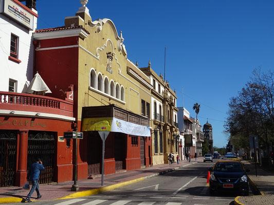 Eine Reihe übrig gebliebener Gebäude aus der Kolonialzeit