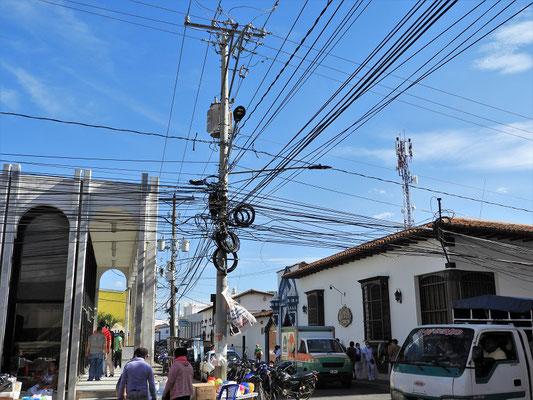 Meterweise Stromkabel, die sich von Mast zu Mast ziehen