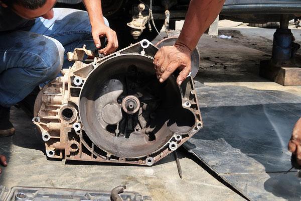 Der leckende Hydraulik-Zylinder auf der Kupplungs-Achse