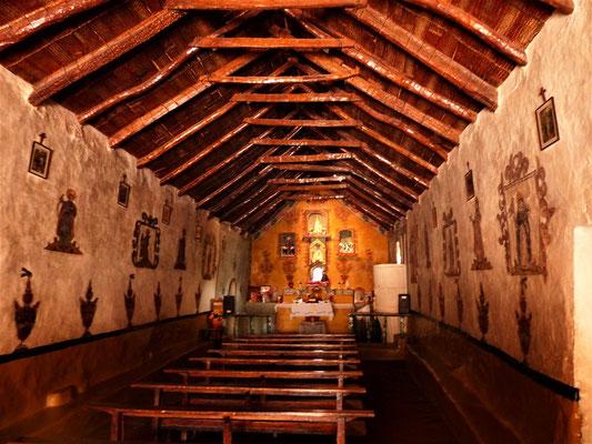 Innenraum mit Wand-Gemälden und die Prediger-Kanzel vorne rechts