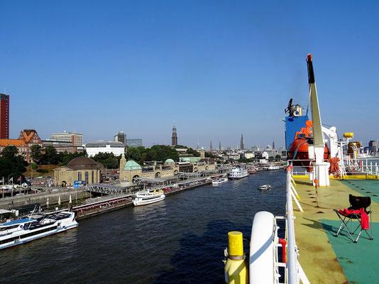 Das mächtige Schiff zieht an Hamburg vorbei