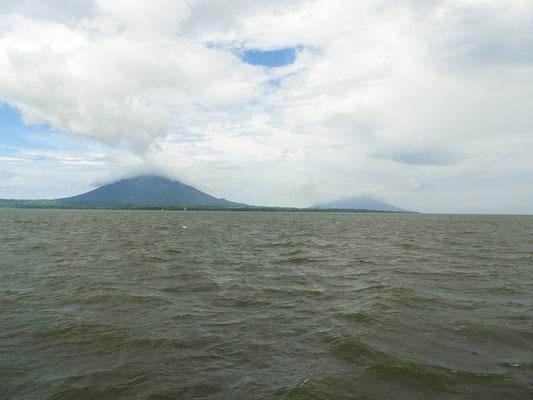 Die Insel Ometepe mit den Vulkanen Concepción und Madera noch in weiter Ferne