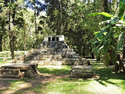 ....und einer Pyramide aus Tikkal