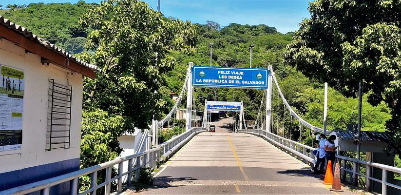 Die Brücke über den Grenzfluss Rio Paz - vor der Überquerung wird uns noch die Temperatur gemessen