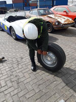 Der Polizist entnimmt sogar eine Luftprobe aus unserem Ersatzreifen