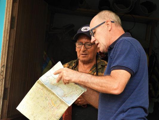 Navi und Karte widersprechen sich - also holt sich Röbä wie früher Hilfe bei einem Einheimischen ;o)