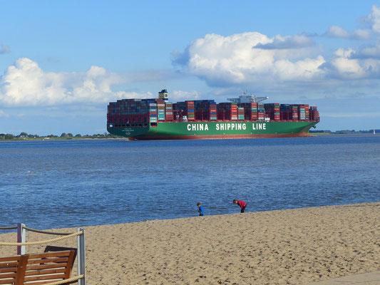 Riesige Containerschiffe ziehen an uns vorbei Richtung Hamburg