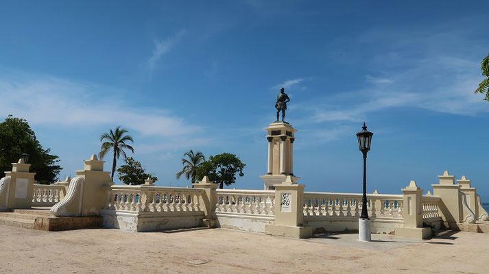 El Malecón/Strandpromenade mit dem Gründer der Stadt - Don Rodrigo de Bastidas