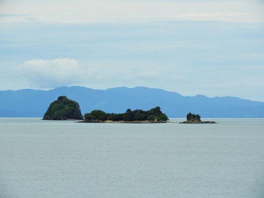 ....vorbei an kleinen, unbewohnten Inseln....
