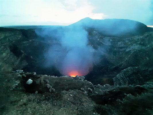 ....Blick in den Krater....