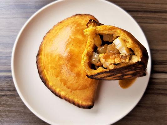 Auch die Salteñas findet man an jeder Strassenecke. Sie sehen aus wie Empanadas, haben aber einen dickeren Teig, denndie Füllung schwimmt in einer Brühe.
