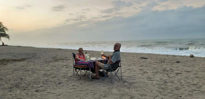 Romantisches Abendessen am Strand