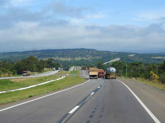Güter werden praktisch nur von den tausenden Lastwagen durchs Land transportiert