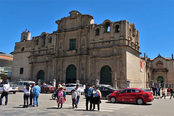 Die Kathedrale besitzt keinen Glockenturm, da die Spanier eine Steuer auf fertiggestellte Kirchen erhoben