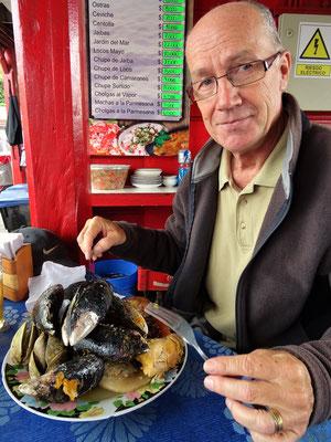 Roby probiert Curanto - Meeresfrüchte, Schweine- und Rindsfleisch sowie Huhn Kartoffeln und Wurst im Erdloch oder im Eintopf gegart