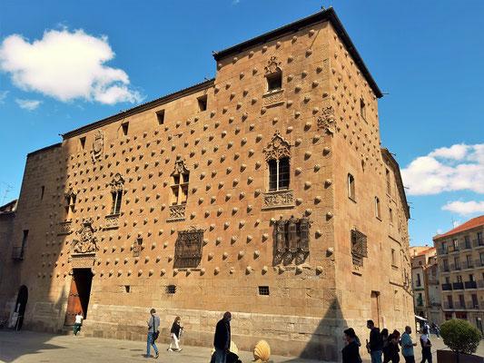 Casa de las Conchas - Stadtpalast, dessen Fassade mit mehr als 300 Jakobsmuscheln aus Sandstein geschmückt ist....
