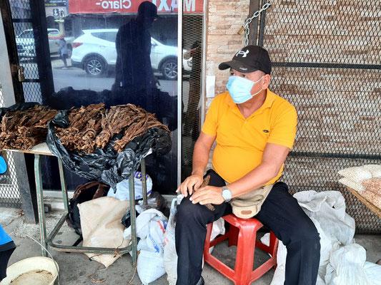 Er rollt die Zigarren direkt auf dem Gehsteig....