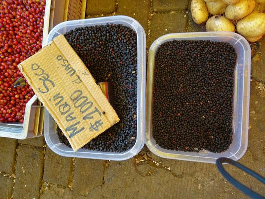 Getrocknete Maqui-Beeren - sehen aus wie Pfefferkörner und schmecken leicht nach Heidelbeeren