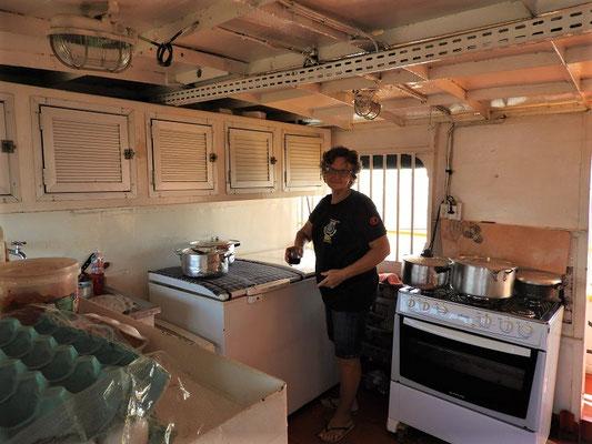 Die Bordküche mit Köchin