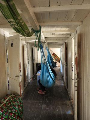 Im Gang zwischen den Kabinen schlafen die Mitreisenden in den Hängematten