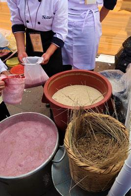 Chicha - ein leicht alkoholisches Bier, welches bereits die Inka tranken. Es wird aus fermentiertem gelbem oder violettem Mais hergestellt. Traditionell wurde Chicha durch das Kauen und Freisetzen von Speichelenzyme hergestellt, deshalb auch der Name Spu