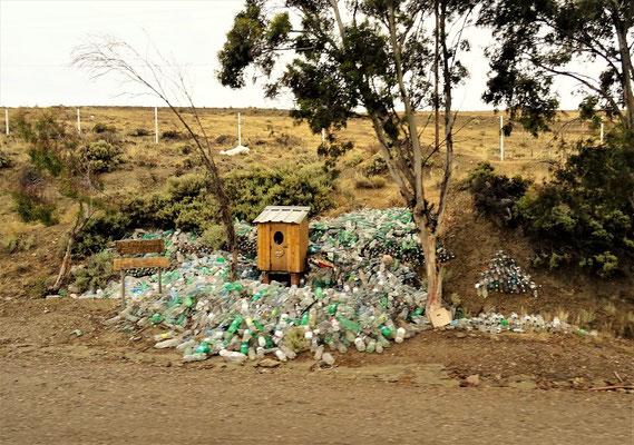 Ein Depot mit Wasserflaschen für 'Difunta Correa' - eine junge verstorbene Frau, die sehr verehrt wird