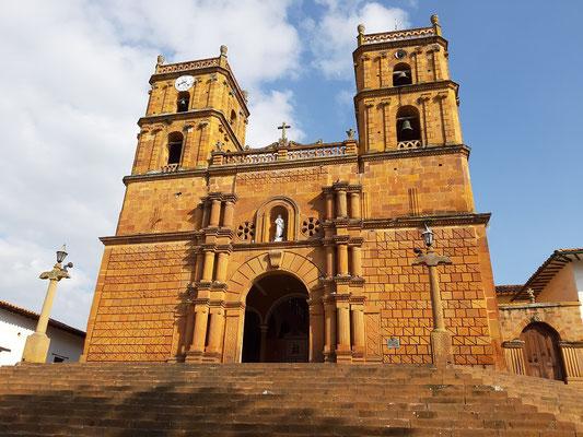 Die schöne Kirche von Barichara leuchtet in der Morgensonne