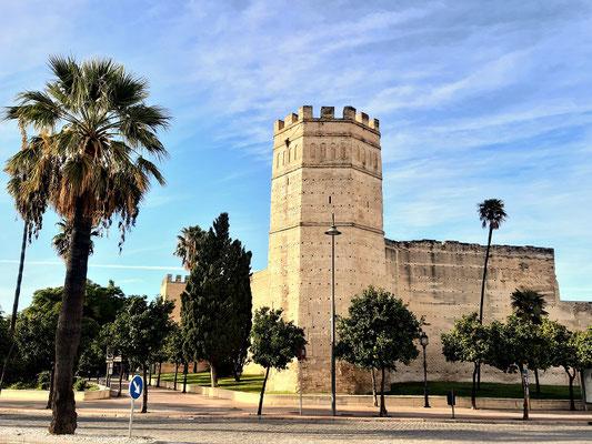 Turm und Mauern des Alcásar-Palastes - ein kleineres Abbild des Alcásar von Sevilla