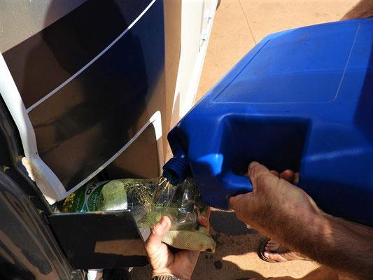In Bolivien müssen wir den Diesel mit dem Bidon an der Tankstelle kaufen - Touristen bekommen sonst oft nichts