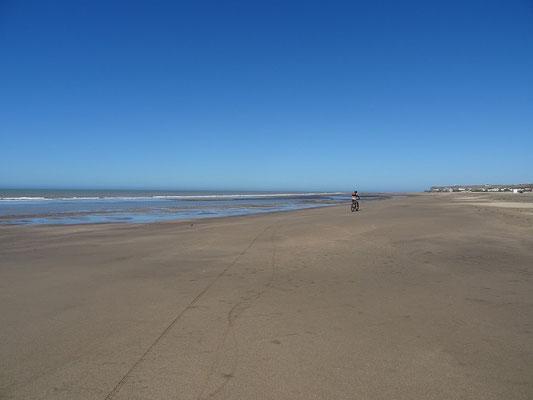 Auf dem endlosen Strand fahren wir zu den Klippen