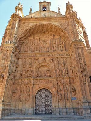 ....Hauptportal der Kirche