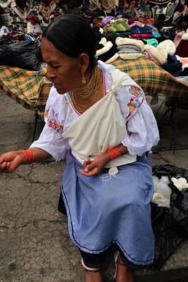 Otovaleña in ihrer traditionellen Tracht....