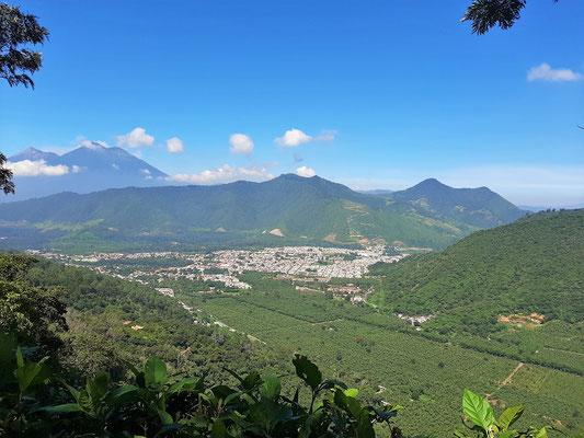 Blick runter nach Antigua - im Hintergrund die Vulkane Fuego und Acatenango