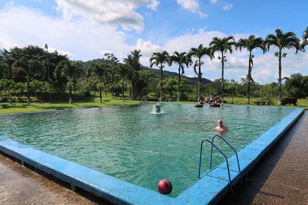 ....und dem grossen Schwimmbecken hinter dem Haus