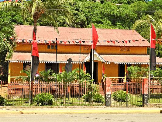 Typisches viktorianisches Haus mit der Flagge der aktuell regierenden Sandinisten bzw. der Fam. Ortega