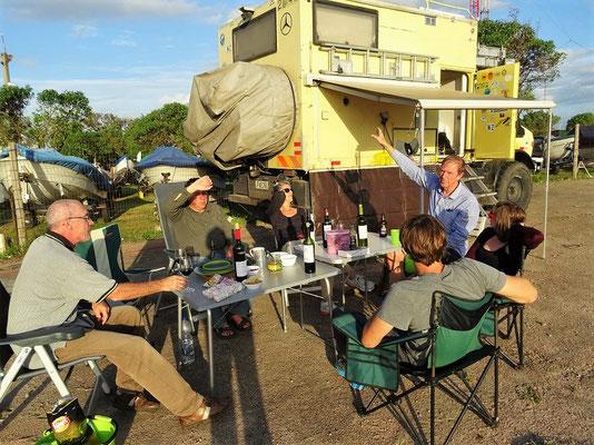Gemütlicher Grill am Leuchtturm mit anderen Reisenden