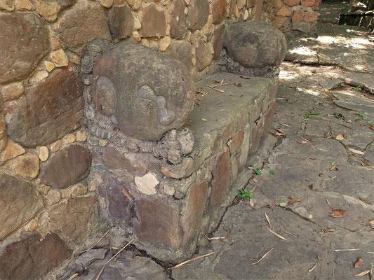 Hier finden wir viele Ammoniten, die in die Wände und Sitzgelegenheiten eingemauert wurden