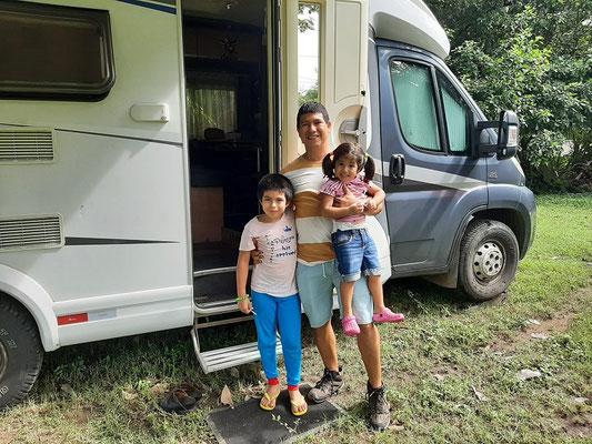 Der Besitzer José mit Annalou und Santiago beim Besuch unseres Campers