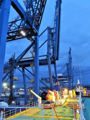Containerhafen Tilbury - sofort nach unserer Ankunft wird ent- und beladen