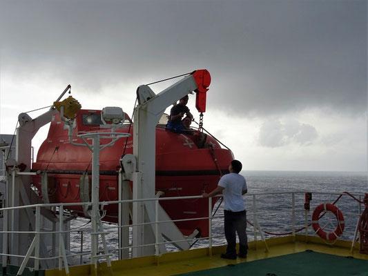 Die Mannschaft erledigt Unterhaltsarbeiten am Rettungsboot