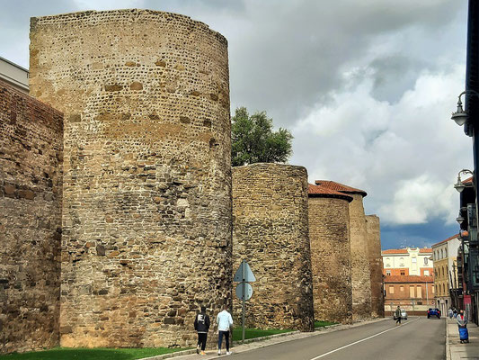 Grosse Teile der antiken Stadtmauer sind noch gut erhalten....
