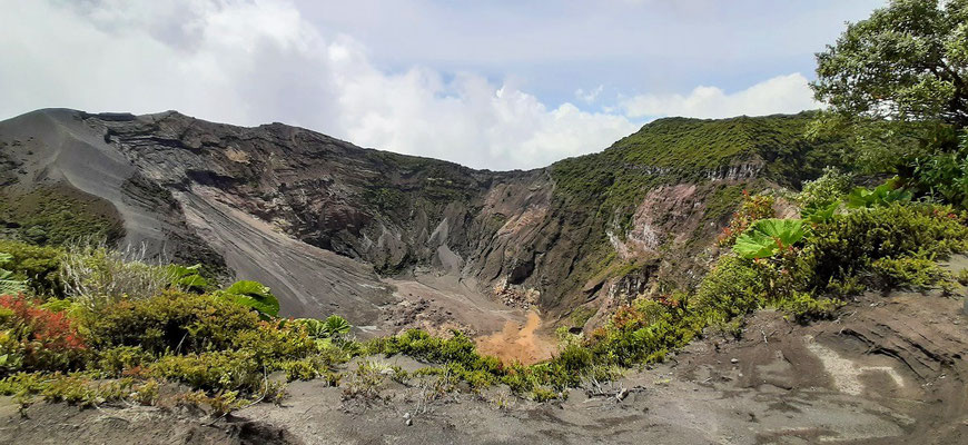Blick auf den inzwischen ausgetrockneten Kraterboden