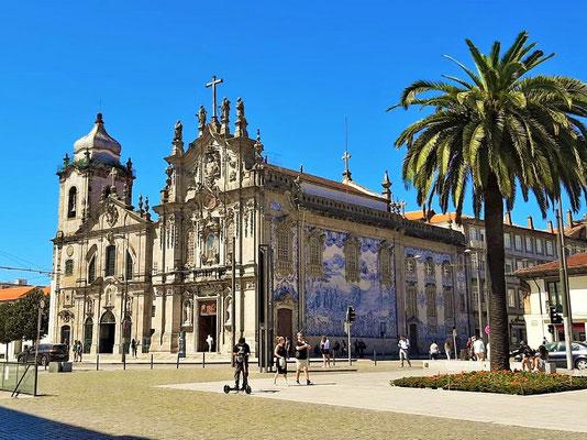 Igreja do Carmo 1750 - mit dem riesigen Azulejo-Bild  an der Seitenfassade